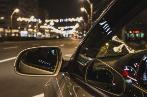 Une voiture VTC en déplacement la nuit